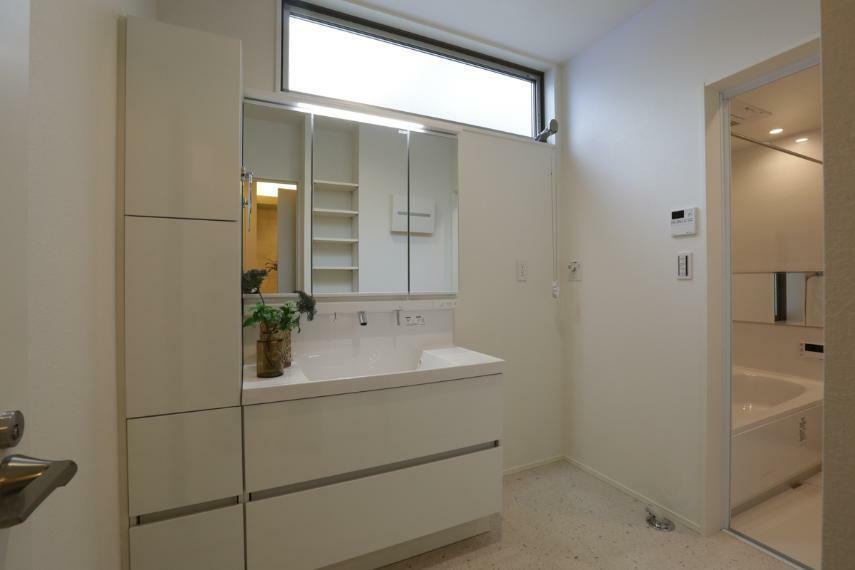 洗面化粧台 白を基調とした爽やかな洗面室。大容量の収納を備えています。(3号棟)