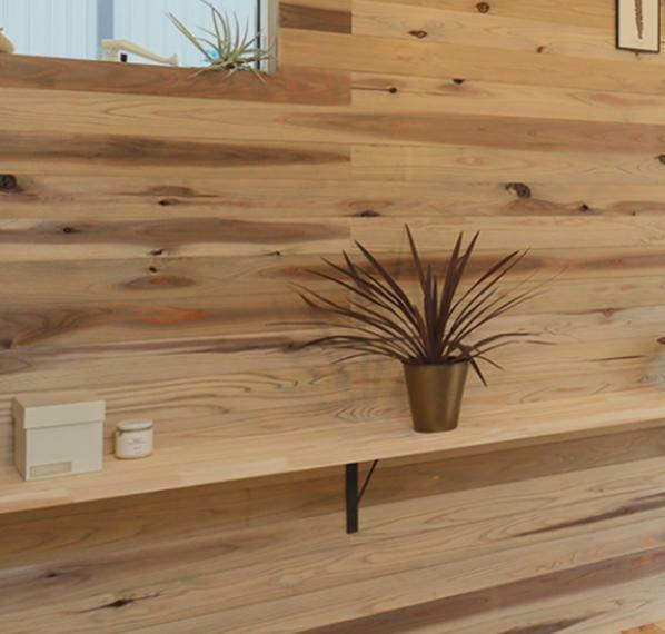 杉板貼り施工例 玄関ホール一部壁面は杉板貼り。木のぬくもりを感じる空間です(^^)