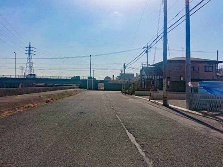 現況写真 前面道路 幅員8m 車の出し入れもらくらく
