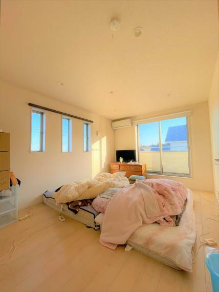 洋室 約7.87帖の明るくゆとりのある洋室。二面採光につき陽当たり・風通し良好です。2帖の納戸付。