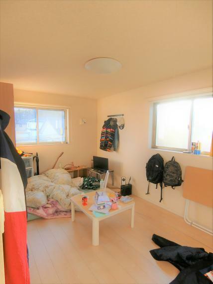 洋室 約8帖の洋室。小屋裏収納付。クロゼットあり、二面採光につき明るい室内。