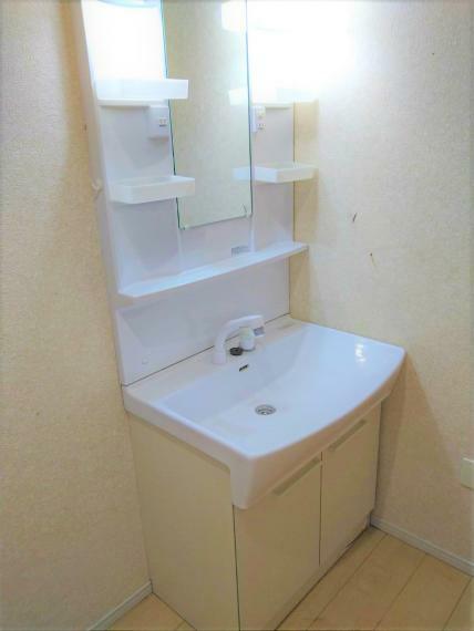 洗面化粧台 シャンプードレッサー。充分なスペースのある脱衣所。室内洗濯機置き場あり。