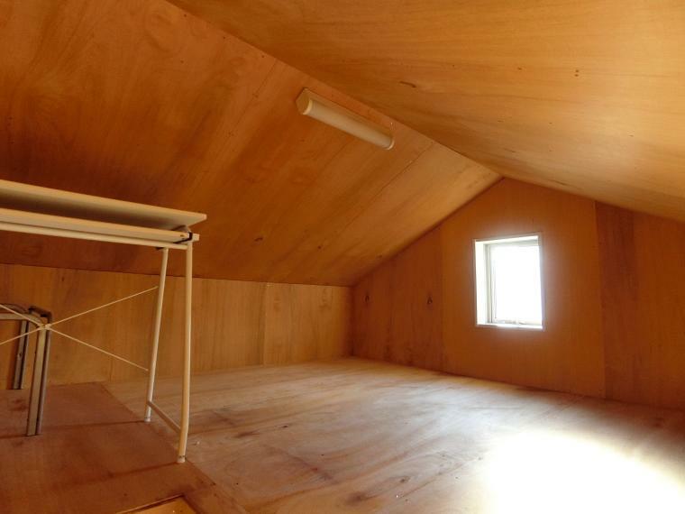 小屋裏収納にはコンセント・照明・窓あり。