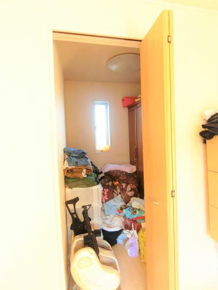 収納 約2帖の納戸。窓もあり埃や湿気を防ぐことができます。