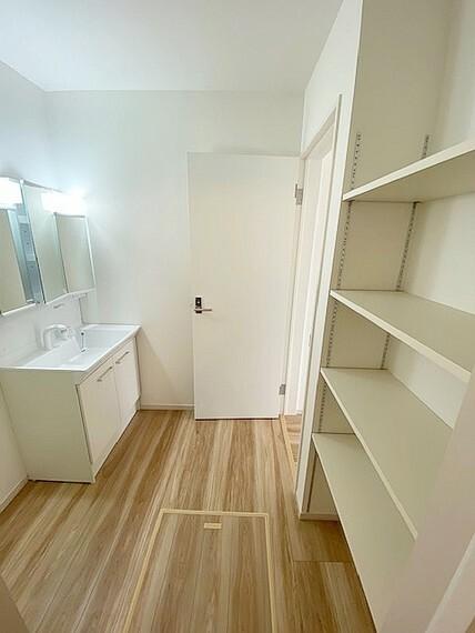脱衣場 洗面スペースにはあると嬉しいタオル棚付です。