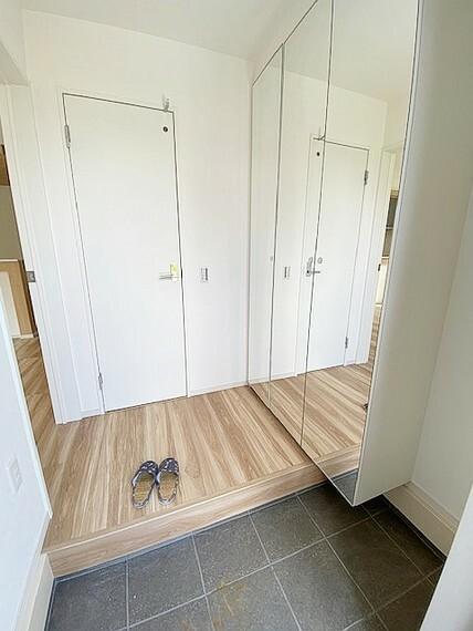 玄関 玄関収納は全面姿見付でお出かけ前のチェックにも便利です。