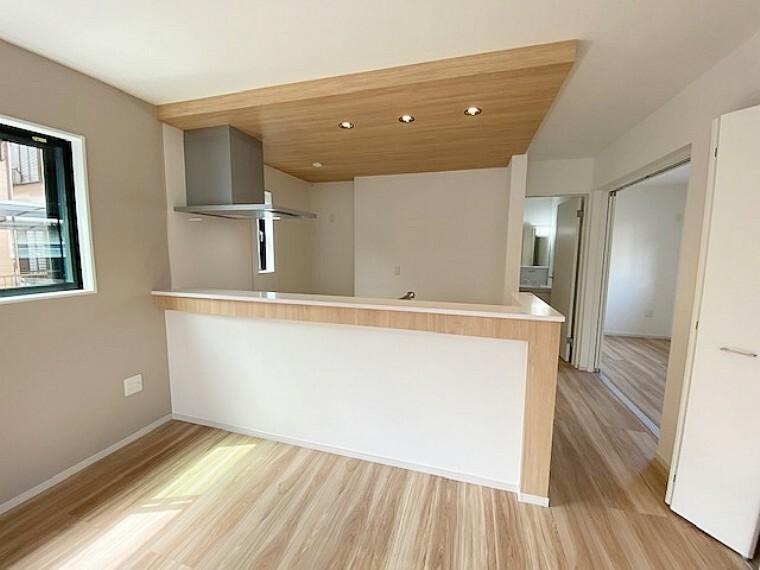 居間・リビング キッチンカウンターはお洒落なウッドをチョイス。