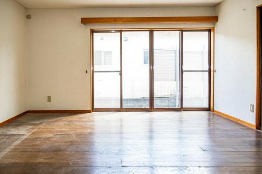 居間・リビング 【リフォーム中】リビングは壁・天井クロス貼替、床はフローリング上貼り、火災報知器設置をいたします。南向きの窓からはポカポカ陽光と心地よい風が入ります。