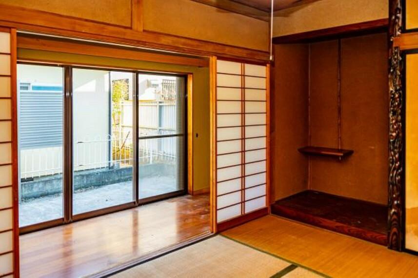 【リフォーム中】南西側6畳の和室は、洋室に間取り変更します。床にフローリングを張り、壁と天井のクロスを貼り換え洋室に仕上げます。