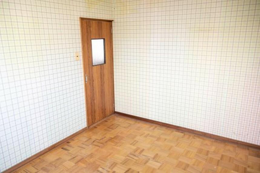 【リフォーム中】2階南東側6帖洋室です。床にフローリングを上張りし、壁と天井のクロスを貼り換え明るい洋室に仕上げます。