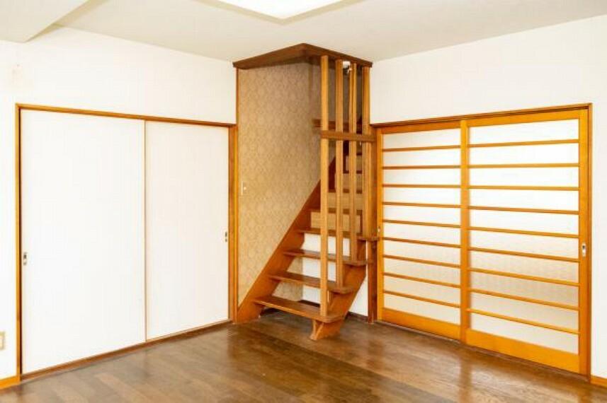 【リフォーム中】2階に続く階段です。床はクリーニングをし滑り止め設置、壁はクロス張替・照明器具電球交換・手すり設置予定です。事故の起こりやすい階段の昇降の安全を配慮します。