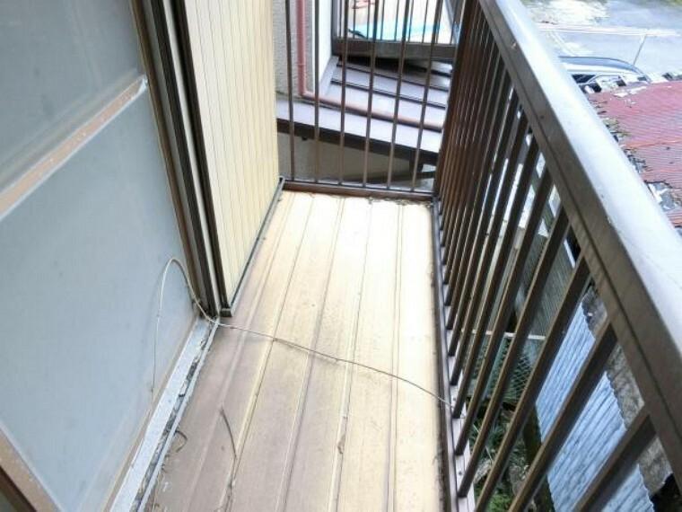 バルコニー 【リフォーム中】2階南西側のベランダは、デッキ床の張替、屋根の波板の張替を行います。2階のお布団やシーツなどを干すのにも便利ですね。