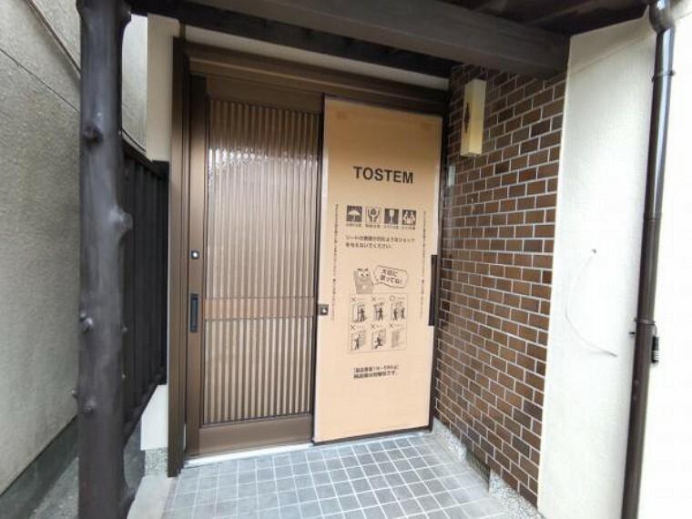 玄関 【リフォーム中】玄関扉は新品に交換します。見た目も新しく、防犯面でもディンプルキーが採用されておりますので安心ですね。