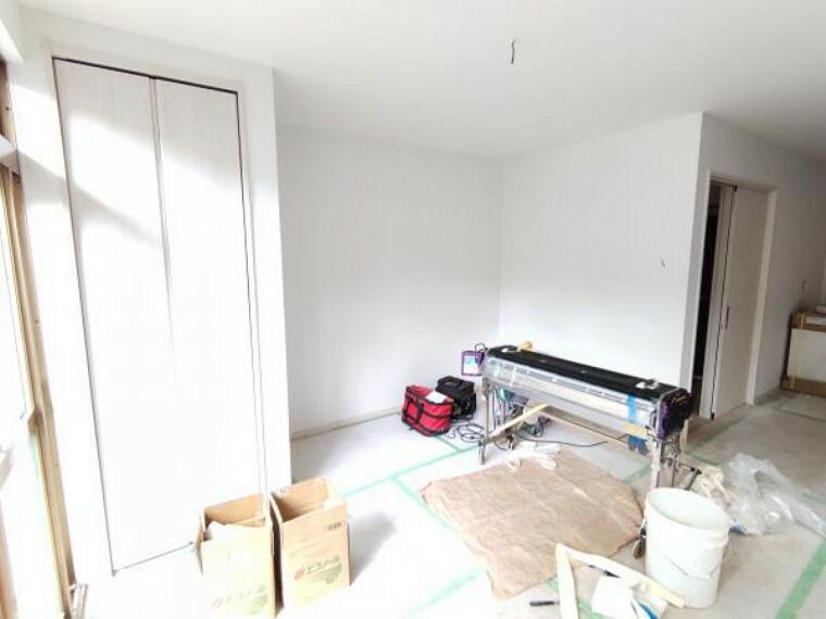 居間・リビング 【リフォーム中】LDKのリビング部分になります。畳からフローリングへの張替、壁・天井の下地張替後クロス仕上げ、LED照明器具の新設、エアコンも1台新設します。ソファーを置いてテレビを見るスペースも確保されますね。