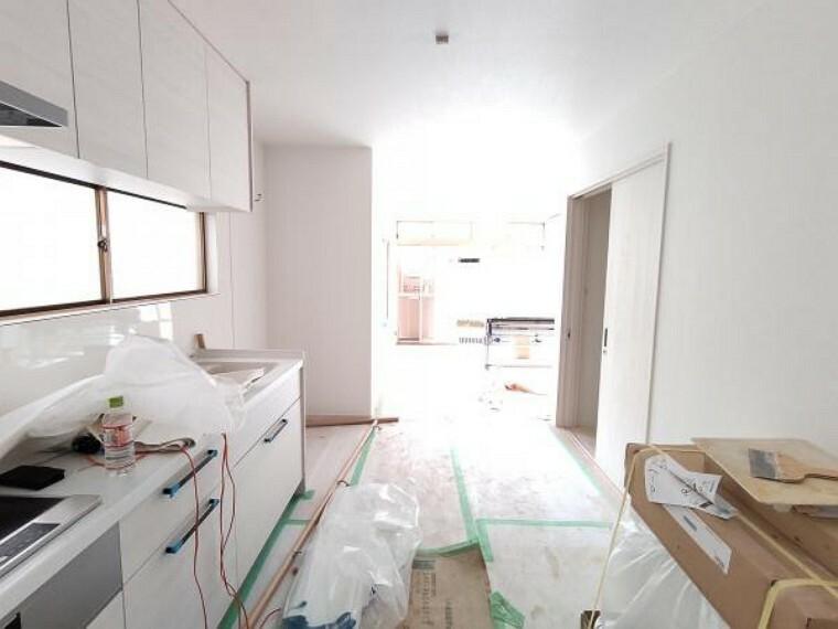 居間・リビング 【リフォーム中】LDKのダイニング部分になります。フローリングの張替、壁・天井のクロス仕上げ、LED照明器具の新設を行います。廊下からの入り口の扉も新品に交換します。いつも触る部分が新品だと気持ちが良いですね。