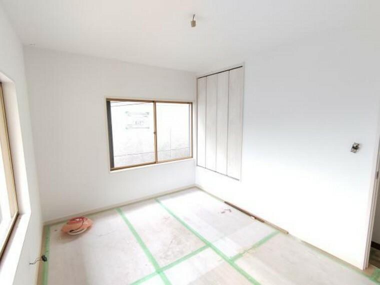 【リフォーム中】2階北東側の洋室です。床のフローリング重ね張り、壁・天井の下地張替後クロス仕上げ、LED照明器具の新設、扉の新品交換を行います。東からの朝日も入るので寝室にしてもいいですね。