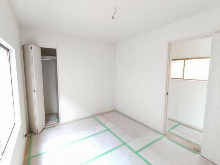 【リフォーム中】2階南東側のお部屋は、和室から洋室に間取り変更を行います。畳からフローリングへの張替、壁・天井の下地張替後、クロス仕上げ、LED照明器具の新設、扉の新品交換を行います。