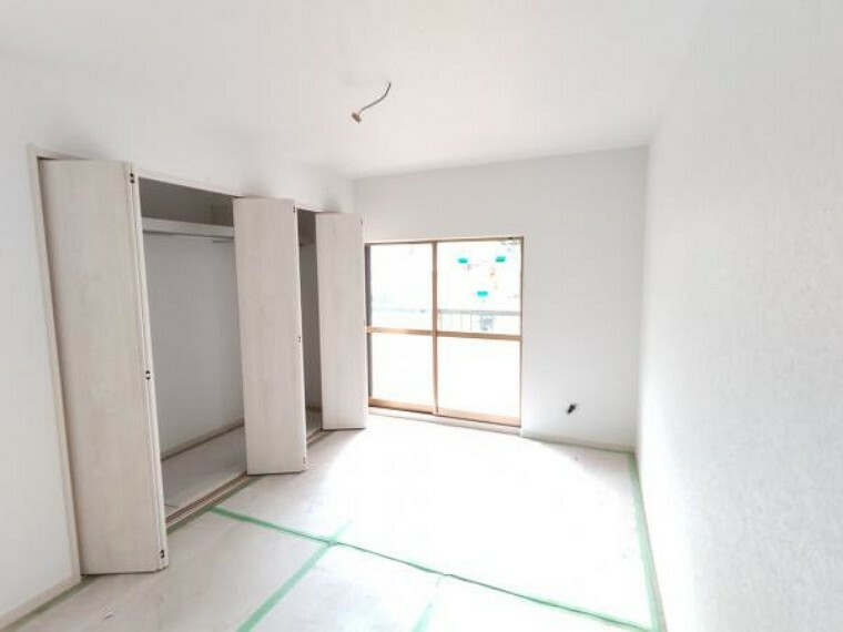 【リフォーム中】南西側のお部屋も洋室へ間取り変更を行います。畳からフローリングへの張替、壁・天井の下地張替後、クロス仕上げ、LED照明器具の新設、扉の新品交換を行います。