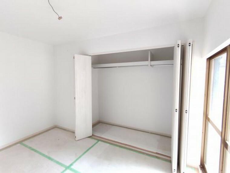 【リフォーム中】南西側のお部屋の別アングル写真です。床も壁も扉も新品に交換されたら、明るく清潔感のある空間に生まれ変わります。