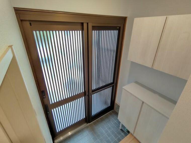 玄関 【リフォーム完成】玄関扉はLIXIL製の新品に交換しました。網戸も付いているので夏場は風通しもしやすいですよ。