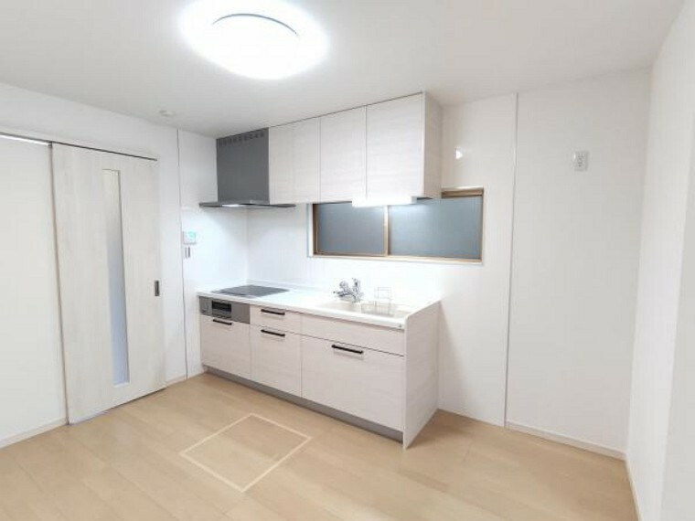 キッチン 【リフォーム完成】キッチンはハウステック製の新品に交換しました。冷蔵庫置き場も広めに確保しました。