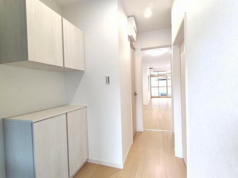 玄関 【リフォーム完成】白を基調とした明るい玄関に生まれ変わりました。シューズボックスも新設しましたので、お引っ越し時から靴の収納に困りませんね。