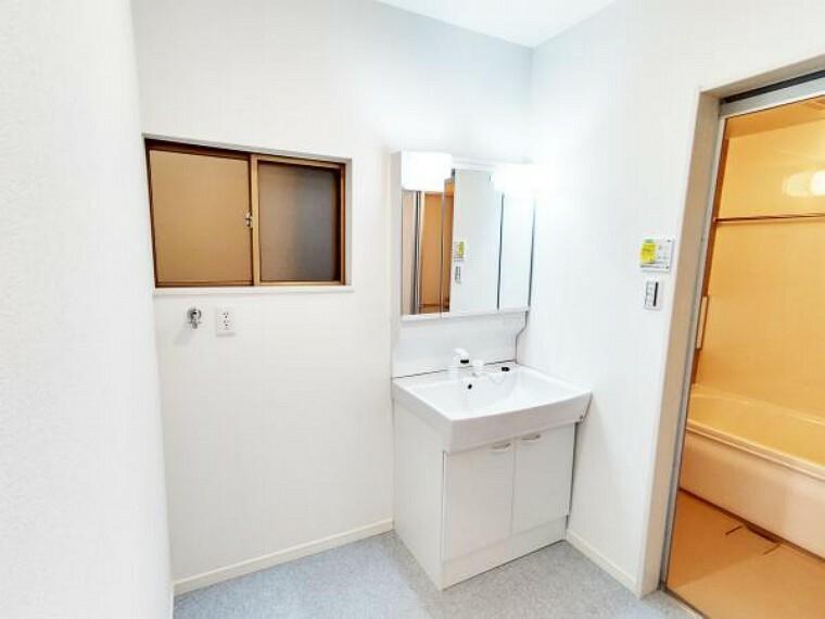 洗面化粧台 【リフォーム完成】洗面脱衣所も白を基調とした明るく清潔感のある空間にリフォームを行いました。洗面台も新品ですので、使用感の無いのがいいですね。