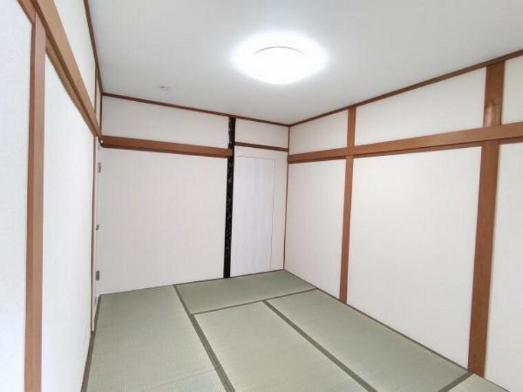 【リフォーム完成】1階和室は、畳の表替え、壁紙尾張替、収納の新設、照明器具の新品交換を行いました。客間としても寝室としてもお使いいただけますね。