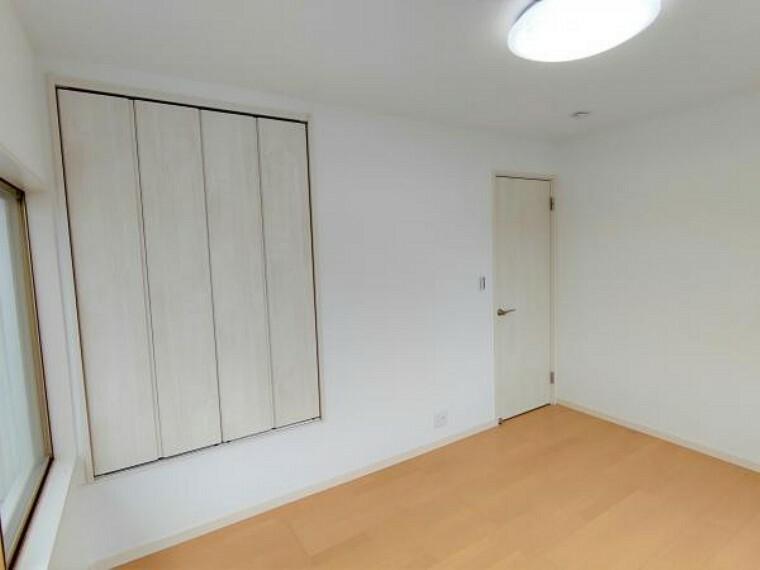 【リフォーム完成】北東側の洋室になります。床のフローリング仕上げ、壁紙の張替、扉の新品交換、照明器具の新設を行いました。