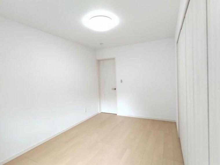 【リフォーム完成】南西側の洋室になります。床のフローリング仕上げ、壁紙の張替、扉の新品交換、照明器具の新設を行いました。