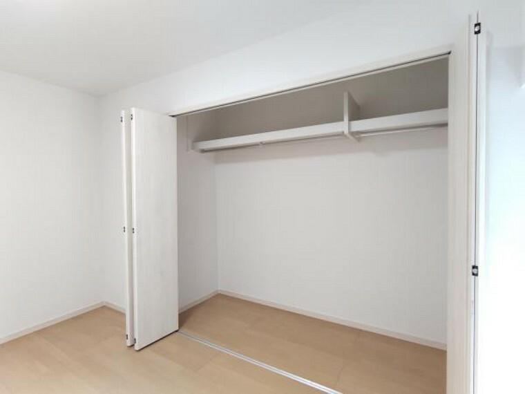 【リフォーム完成】南西側洋室の収納内部です。洋服を収納できるハンガーパイプを新設しました。収納スペースを有効活用できますね。