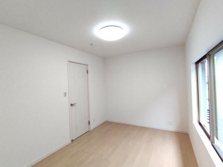 【リフォーム完成】南東側の洋室になります。床のフローリング仕上げ、壁紙の張替、扉の新品交換、照明器具の新設を行いました。