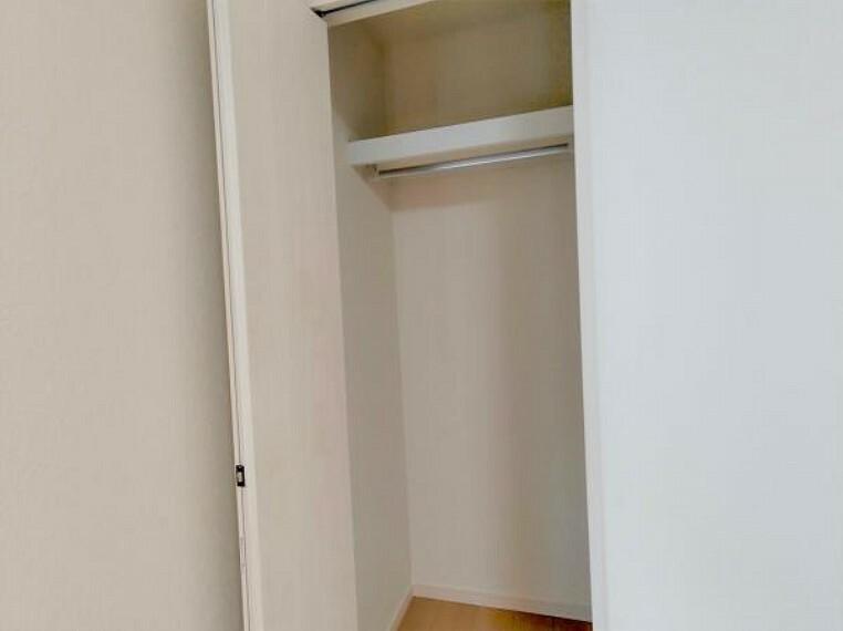 【リフォーム完成】南東側洋室の収納内部です。洋服を収納できるハンガーパイプを新設しました。収納スペースを有効活用できますね。