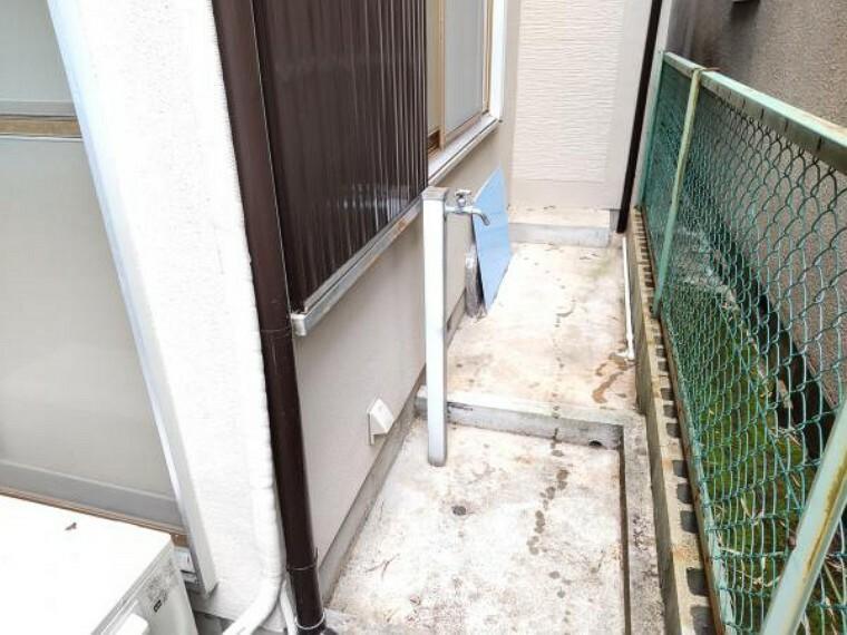 庭 【リフォーム完成】お庭スペースには外水道もございます。ガーデニングにはもってこいの設備です。