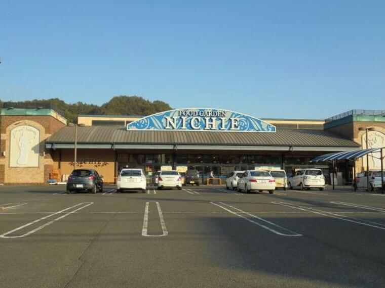 スーパー ニチエー新市店様まで約3200m。品揃え豊富なスーパーマーケットなので、毎日のお買い物にも困りませんね。