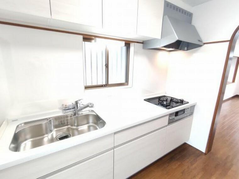 キッチン 【リフォーム済】ハウステック製のシステムキッチンに新品交換しました。新品のキッチンで、毎日の家事も楽しみに変わりそうですね。収納が多いタイプを採用しているので、キッチンまわりもスッキリ使えます。