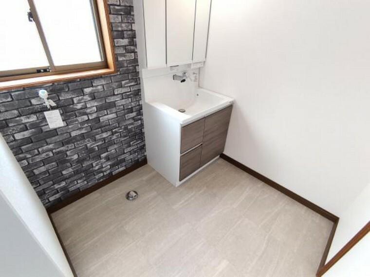 洗面化粧台 【リフォーム済】洗面脱衣所は壁と天井のクロス張替を行い、床はクッションフロアで仕上げました。クッションフロアなので、水がこぼれてもサッと拭き取れます。