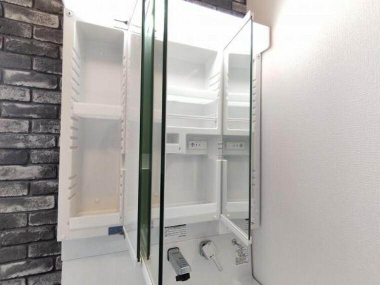 洗面化粧台 【リフォーム済】3面鏡の裏は収納スペースになっているので整髪料や歯ブラシなどの小物も取り出しやすく散らかりません。