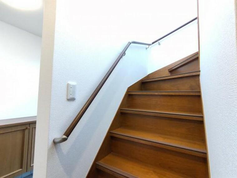 【リフォーム済】階段は、壁と天井はクロス張り替えました。照明も新品交換しました。清潔な空間に仕上がっています。手摺も付いているので、小さなお子様やご年配の方がいるご家庭でも安心して上り下りして頂けます。