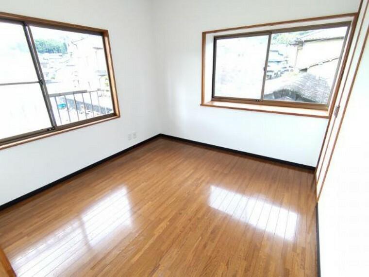 【リフォーム済】2階北側の4.5帖の洋室です。壁・天井はクロスを張替、照明はLED照明に交換しました。北側ですが窓が二面あるので明るいお部屋に仕上がっています。