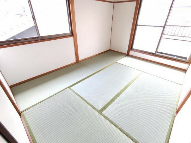 【リフォーム済】2階東側6帖の和室です。畳は表替えを行いました。日の光の入る明るい空間です。