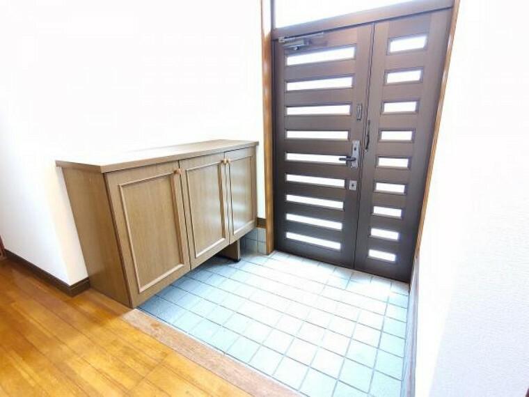 玄関 【リフォーム済】玄関です。壁・天井はクロスを張替え、照明はLEDを新設しています。玄関はお家の顔となる部分なので第一印象が大切ですね。