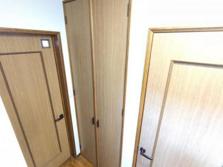 収納 【リフォーム済】玄関を入って左側のトイレの向かい側には収納があります。建具はクリーニングを行いました。お掃除道具などを入れるのにも便利ですね。
