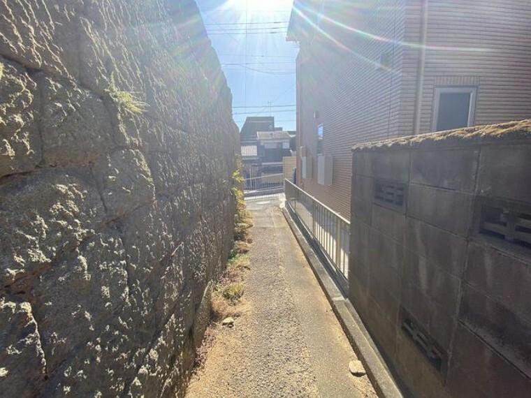 現況写真 前面道路が建築基準法外の道路の為、再建築不可。