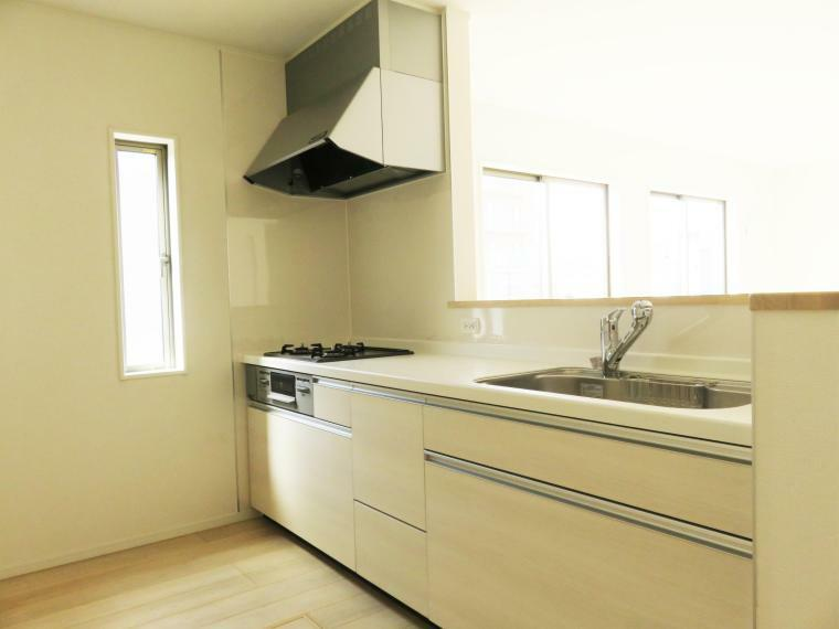 キッチン キッチンパネルは、水はねや油汚れをガードし、お掃除がしやすくいつまでも綺麗にご使用いただけます。大きめの鍋も洗えるジャンボシンクです。