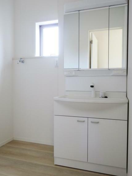 洗面化粧台 引き出して使用できるホースシャワー、使いたいものがすぐに手に取れるオープン棚のミラーキャビネットのついた洗面です。