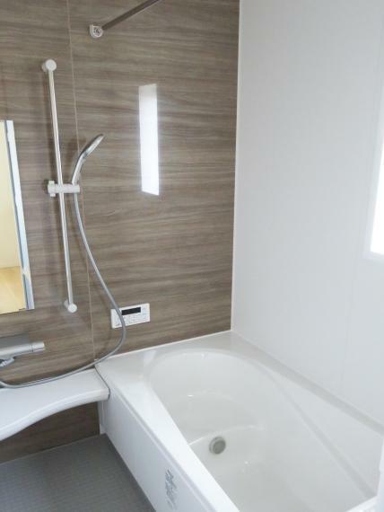 浴室 浴室は、ゆったりサイズの1坪風呂です。システムバスでお掃除もらくらく!楽な姿勢で洗面器が使用できる大型のカウンターがついています。洗い場の床は、乾きやすく滑りにくい快適使用です!水はけがよく、カビの発生を軽減します。