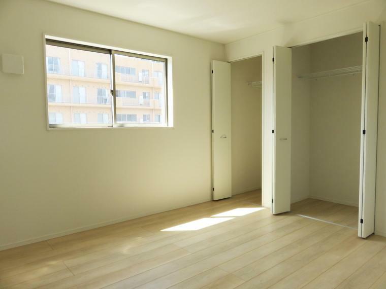 洋室 洋室にはたっぷり収納できる大型クローゼットを設置しています。