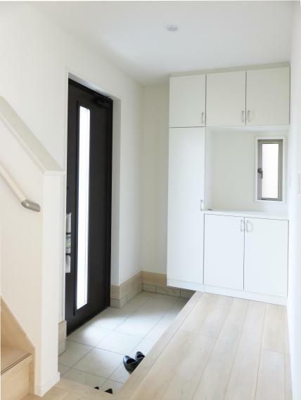 散らかりがちな玄関まわりも大容量の収納棚でスッキリ片付きます!