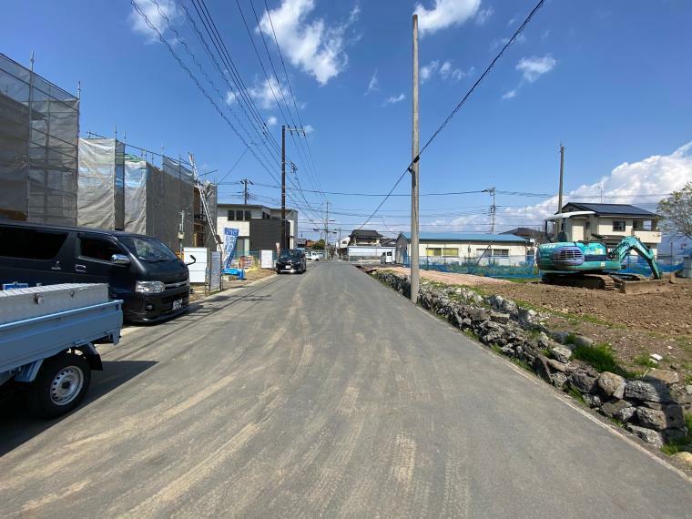 現況外観写真 前面道路は東側に6.5m! 交通量も少なく、駐車もしやすいです!